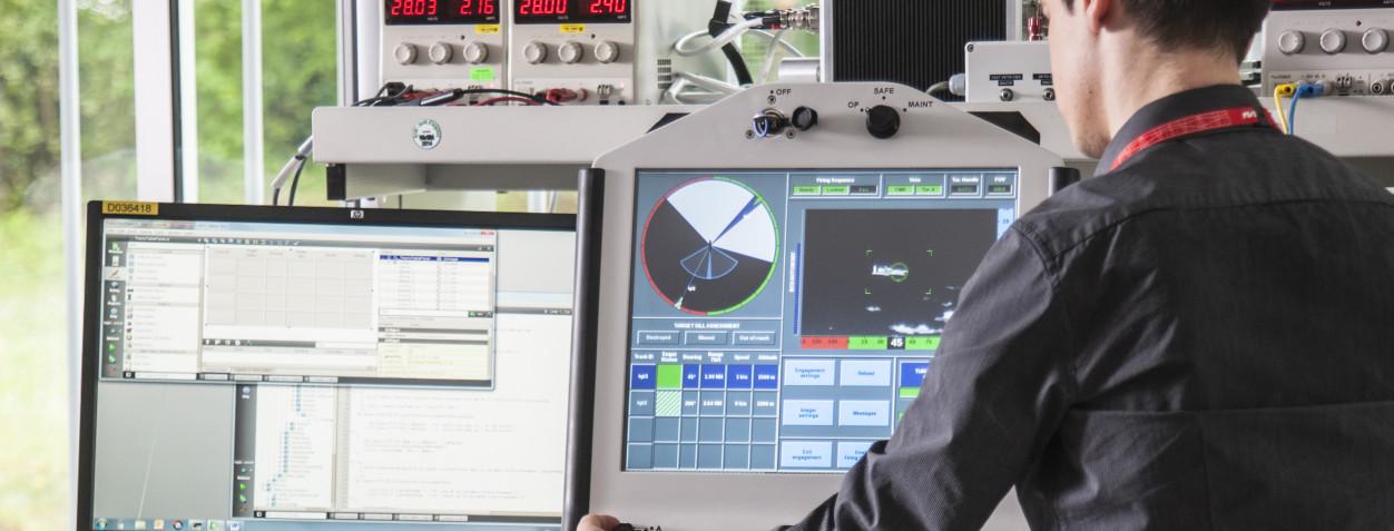 Les Métiers MBDA. Photo d'un ingénieur dédié aux logiciels opérationnels.