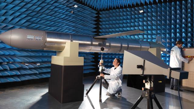 Photo d'essais environnement en chambre anachoïque (anachoic chamber) MBDA